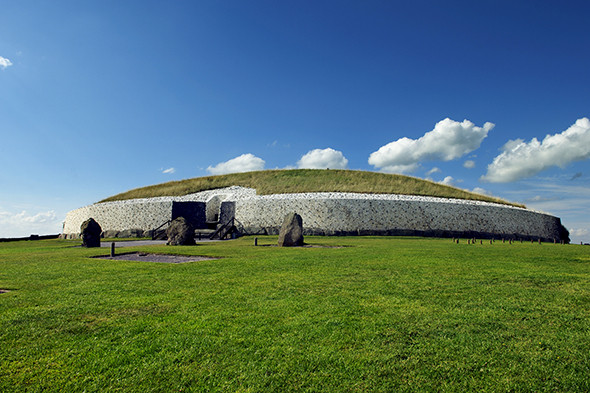 Irland, Grafschaft Meath. Newgrange. Megalithisches Ganggrab, bekanntester praehistorischer Ort in Irland. Europa, reise, travel, laif_creative Ireland, county Meath. Newgrange. Megalithic Passage tomb, the most famous prehistoric site in Ireland.