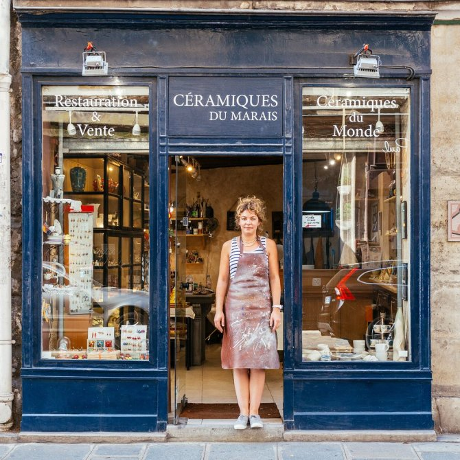 Les Céramiques du Marais Dorothée Hoffmann opened her ceramics workshop in 2011. Working in ceramics, terracotta, enamels and glass, she specialises in ceramic animals and works all day in the company of her dog, Dharma.